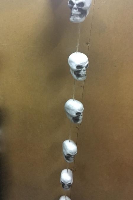 Гирлянда из черепов