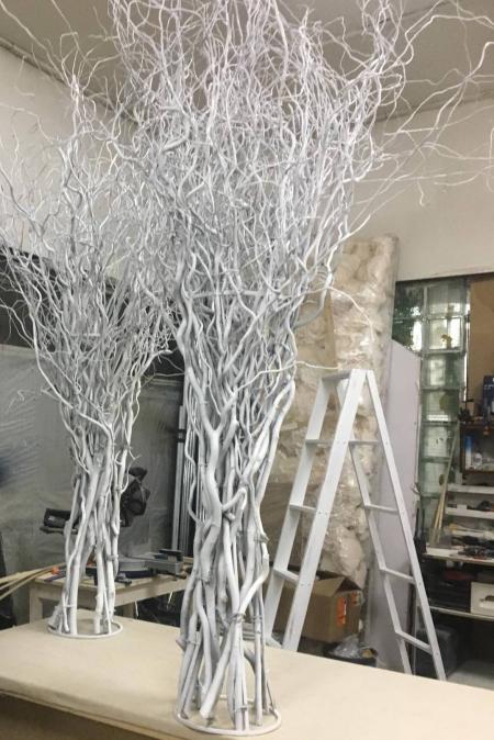 Ветки белые в металлическом каркасе
