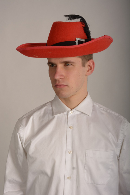 Шляпа красная с пером