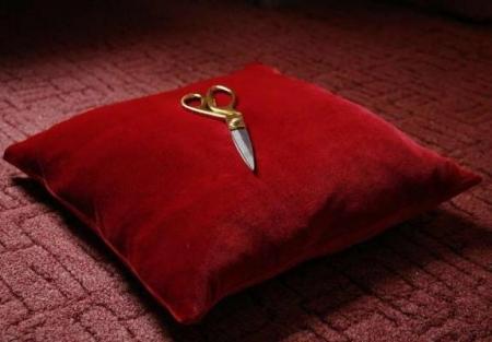 Подушка красная (для короны/ножниц)