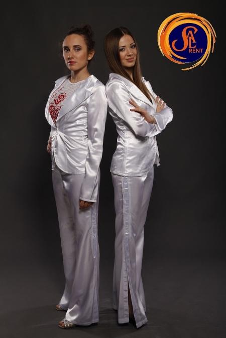 Хостес: белый костюм