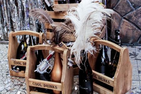 Бутылки с перьями