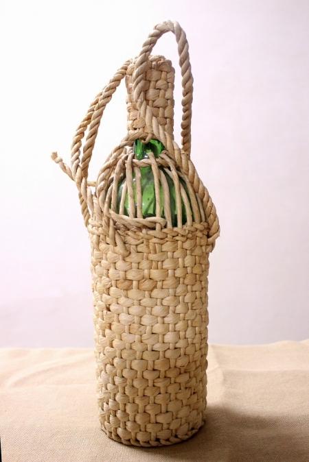 Бутылка с соломенным декором