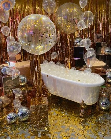 Белая ванная с золотыми ножками